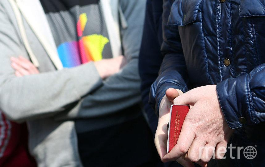 Бумажный паспорт могут заменить пластиковой картой. Фото Getty