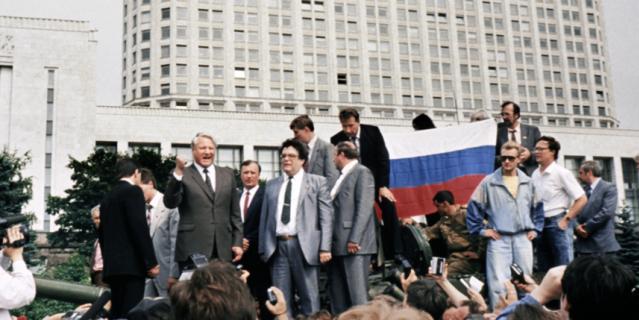19 августа 1991 года на танке Борис Ельцин и его охрана под командованием Александра Коржакова и Виктора Золотова.