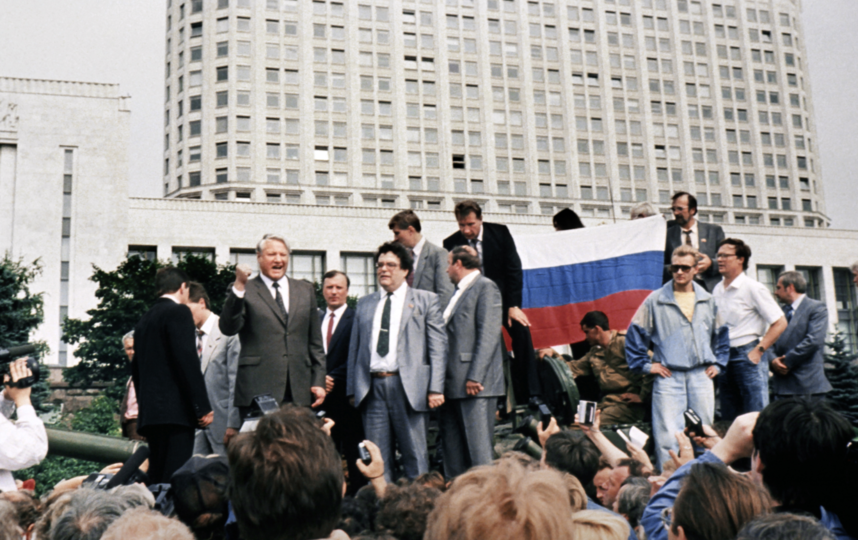 19 августа 1991 года на танке Борис Ельцин и его охрана под командованием Александра Коржакова и Виктора Золотова. Фото РИА Новости