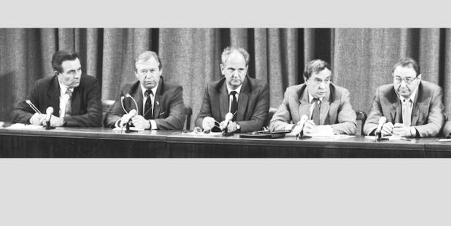 На этом снимке – олицетворение ГКЧП: те пятеро, кто дал знаменитую пресс-конференцию об отстранении президента СССР Горбачёва от власти. Сегодня никого из участников переворота уже нет в живых.