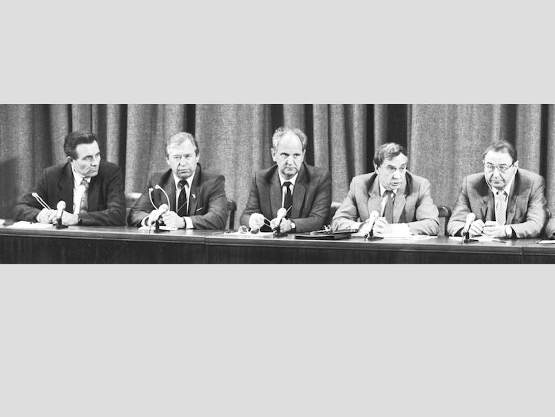 На этом снимке – олицетворение ГКЧП: те пятеро, кто дал знаменитую пресс-конференцию об отстранении президента СССР Горбачёва от власти. Сегодня никого из участников переворота уже нет в живых. Фото РИА Новости