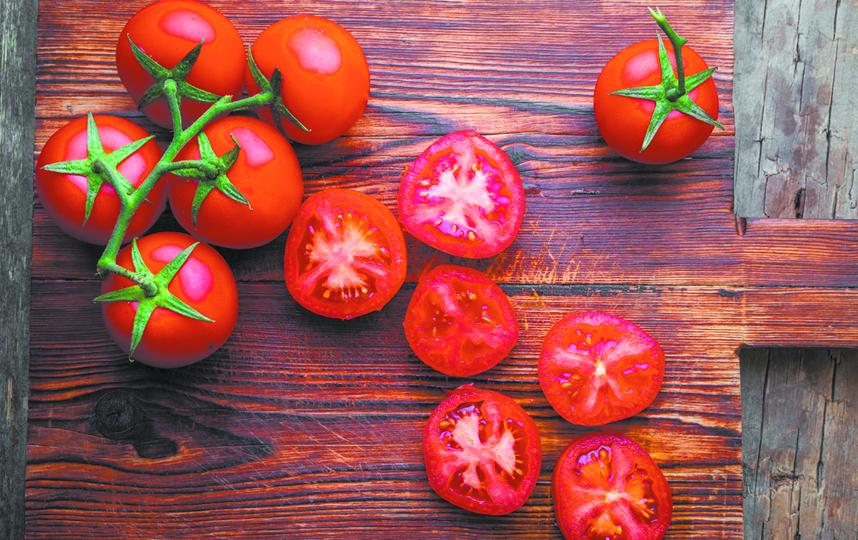 """Чтобы томаты не заболели их нужно """"ослепить"""". Фото Depositphotos"""
