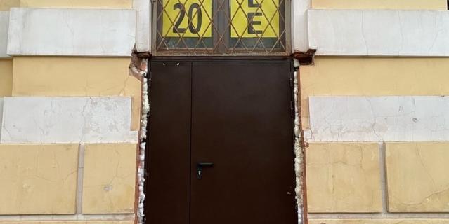 Прорубленная в фасаде дверь исторического дома на Чайковского.