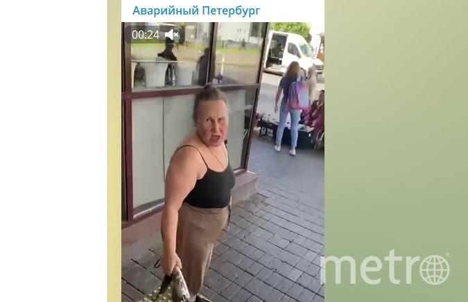 За приспущенную маску девушка получила удар по спине от неадекватной дамы. Фото Telegram-канале «Аварийный Петербург».