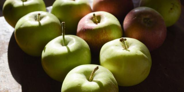 На Яблочный Спас фрукты освещают в церкви.