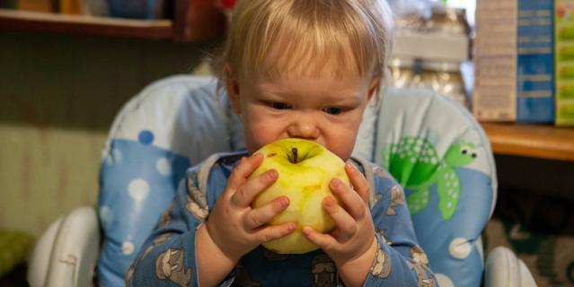 Маленькие сластены оценят такой полезный десерт, как яблочный мармелад.
