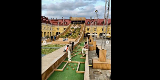В центре города проходят матчи по мини-гольфу.