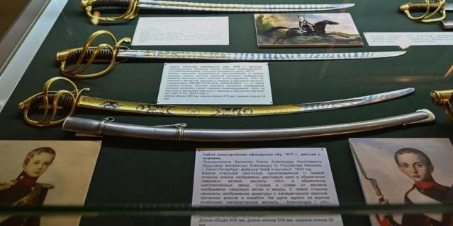 На выставке представлено холодное оружие членов императорской семьи  по взрослению от 5 до 14 лет.