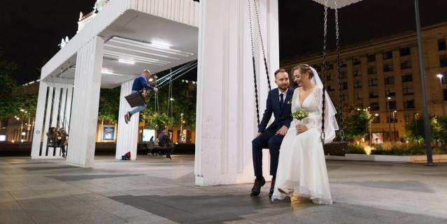 """Первые свадьбы провели ночью на станции метро """"Маяковская""""."""
