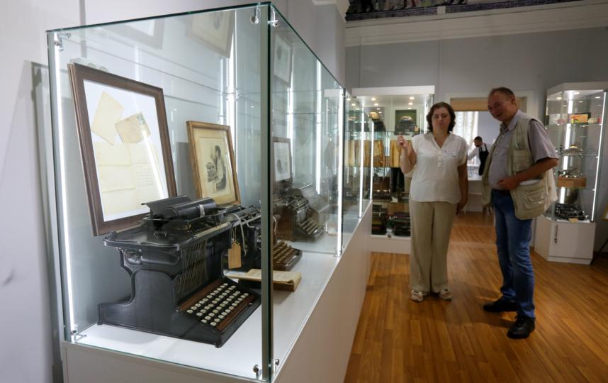 Экскурсовод Наталья Никифорова показывает машинки Марка Твена и Льва Толстого. Фото Василий Кузьмичёнок