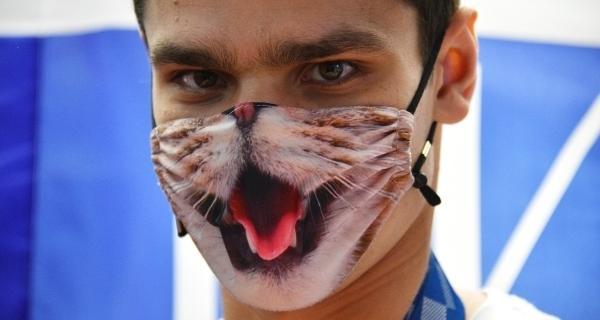 Евгений Рылов в той самой маске с котиком.