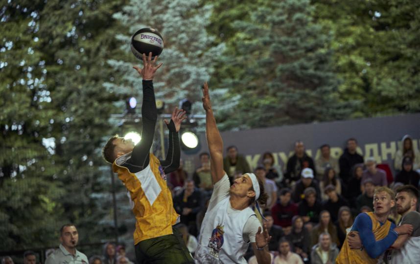 Семён Дебда (справа) в борьбе за мяч. Фото Денис Клеро | RED BULL CONTENT POOL