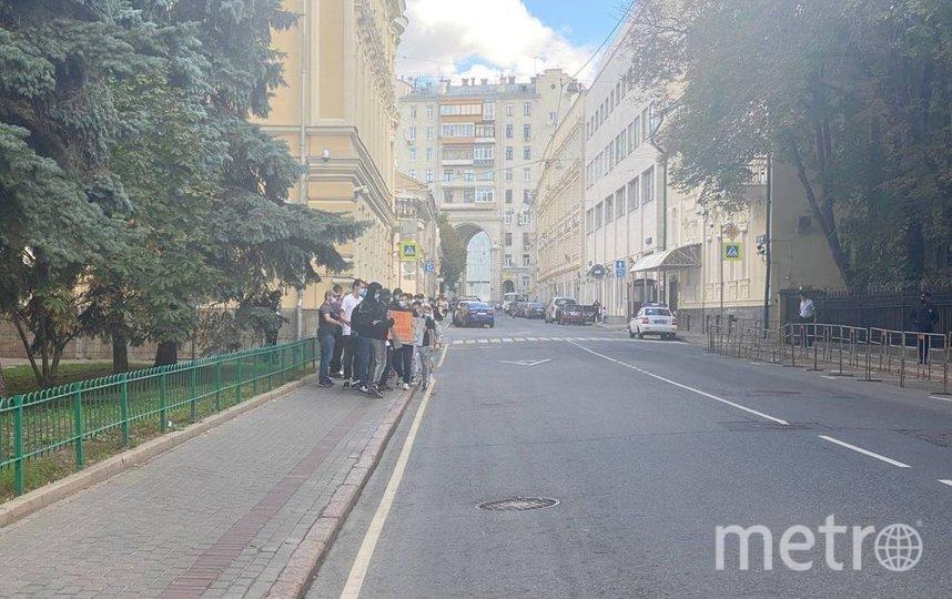 Акция прошла у здания посольства Украины в Москве. Фото  Аркадий Велюров