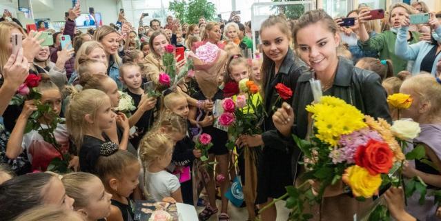 """Гимнастки Дина и Арина Аверины приехали в Центр художественной гимнастики """"Жемчужина""""."""