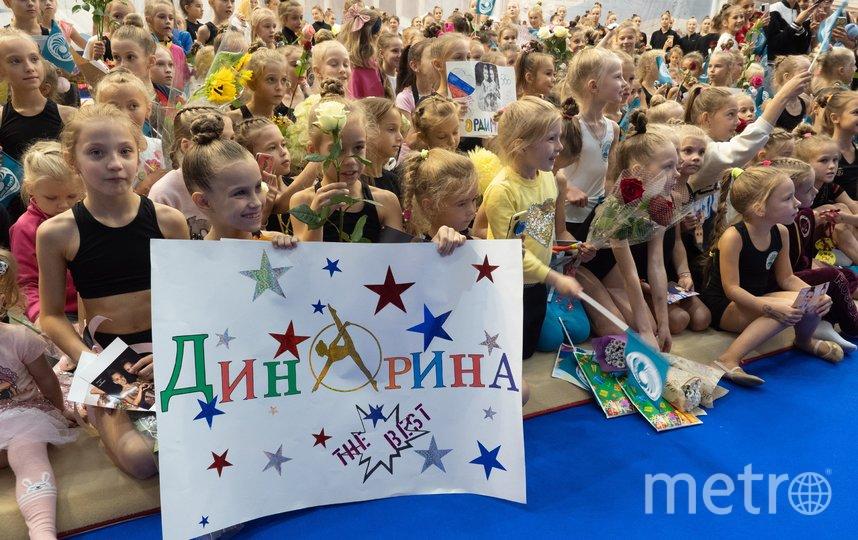 """Гимнасток встречали с цветами и плакатами. Фото Святослав Акимов, """"Metro"""""""