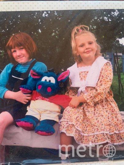 Светлана Колесниченко (справа), детство. Рядом с ней – троюродная сестра.