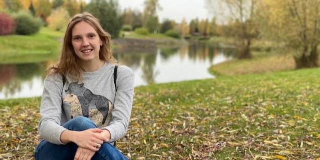 Светлана Колесниченко часто гуляет в одном из подмосковных парков, где отвлекается от мыслей о спорте и наслаждается жизнью вне бассейна – с любимым мужем и собаками..