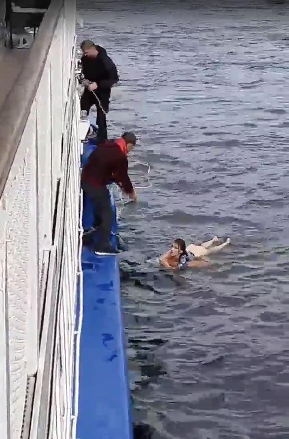 Петербурженка ухватилась за спасательный круг только со второго раза. Фото https://vk.com/spb_today