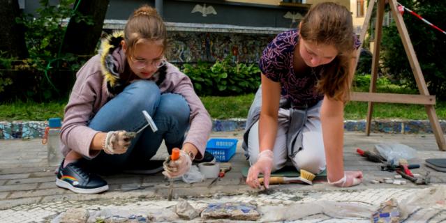 Маша Лабутина и Таисия Лубенко восстанавливают ожерелье вокруг лабиринта.