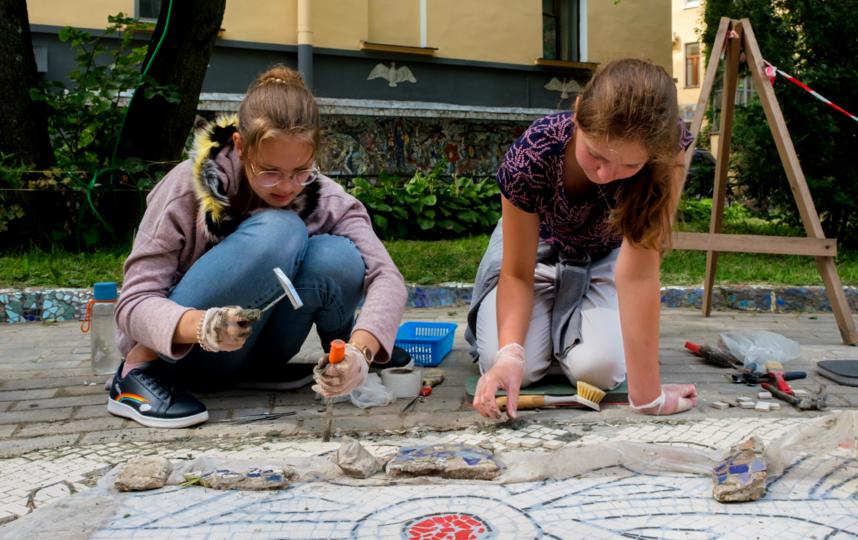 "Маша Лабутина и Таисия Лубенко восстанавливают ожерелье вокруг лабиринта. Фото Алена Бобрович, ""Metro"""