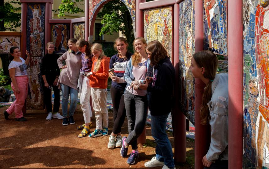 """Воссоздают сказочное ожерелье 15 человек. Фото Алена Бобрович, """"Metro"""""""