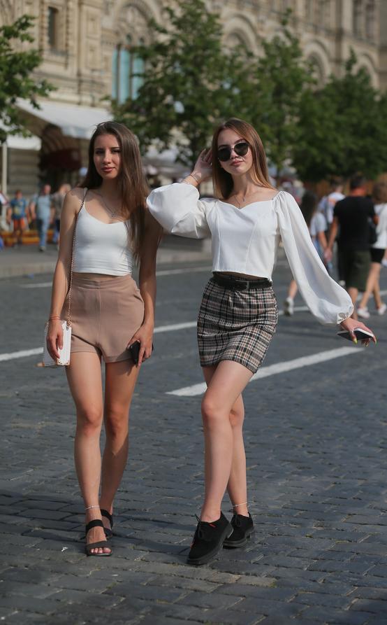 Студентки Алина и Адель. Фото Василий Кузьмичёнок