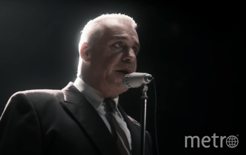 """Представители правоохранительных органов пришли к музыканту ночью. Фото Кадр из клипа Till Lindemann Любимый город """"LUBIMIY GOROD"""" (Beloved Town)."""