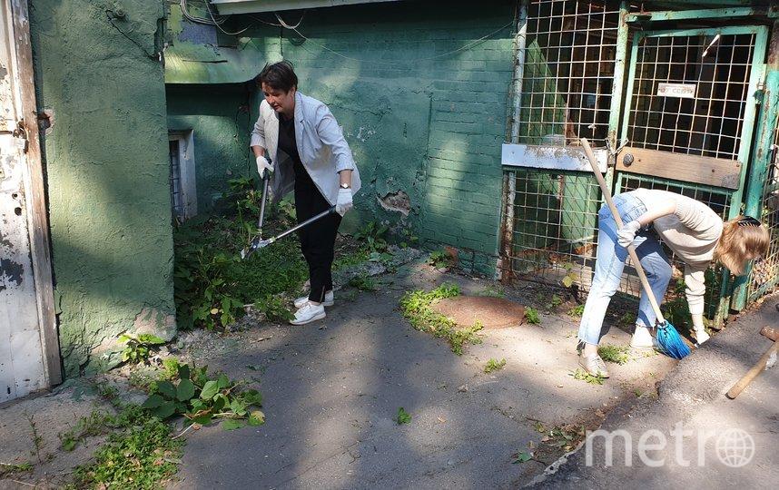 Москвичи провели субботник около Дома купца Виноградова. Фото Екатерина Бибикова