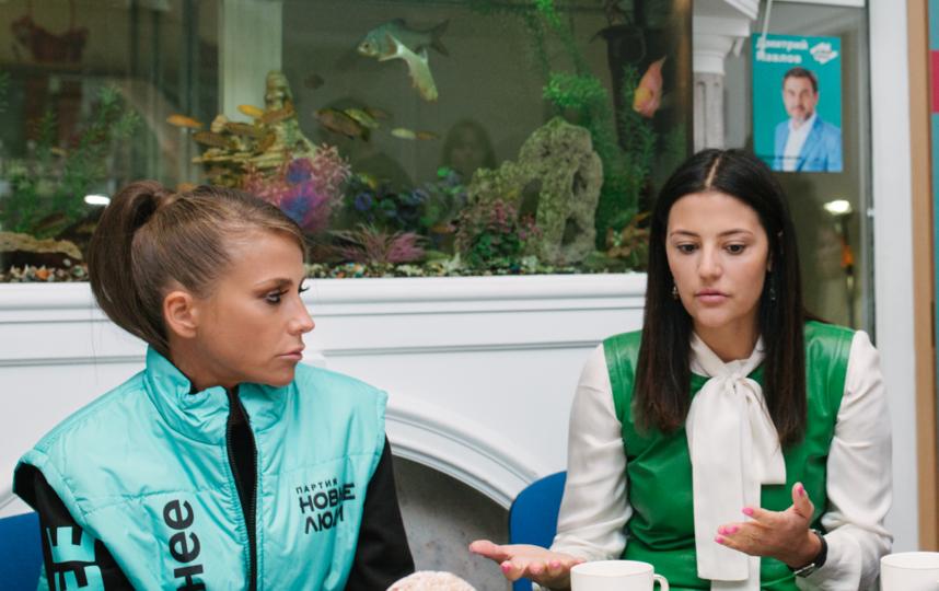 В Пушкине Юлия Барановская и основательница благотворительного фонда Екатерина Машкова обсудили с родителями необходимость увеличения пособий для многодетных семей. Фото Предоставлено организаторами