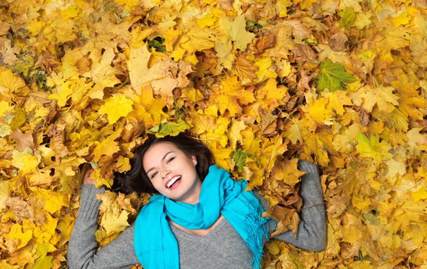 Лежать на ковре из листьев – основная фишка осенних фотографий. Фото Depositphotos