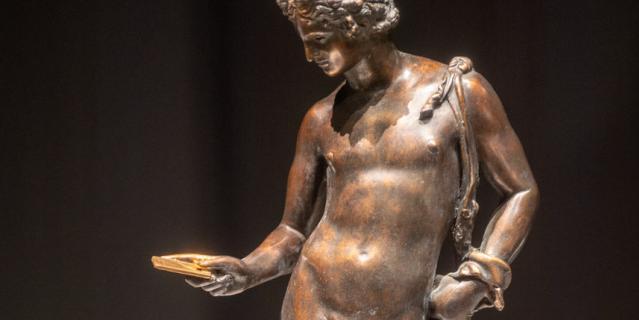 """Бронзовая статуя """"Tinder-сюрприз"""" повествует о поглощенности современников соцсетями."""