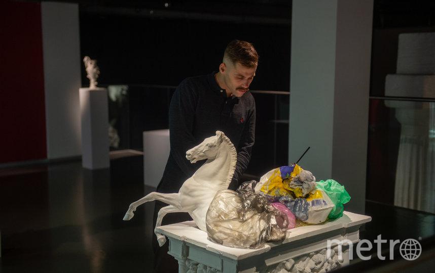 """Конная статуя, тонущая в мусоре, как символ экологических проблем на Земле. Фото Святослав Акимов, """"Metro"""""""