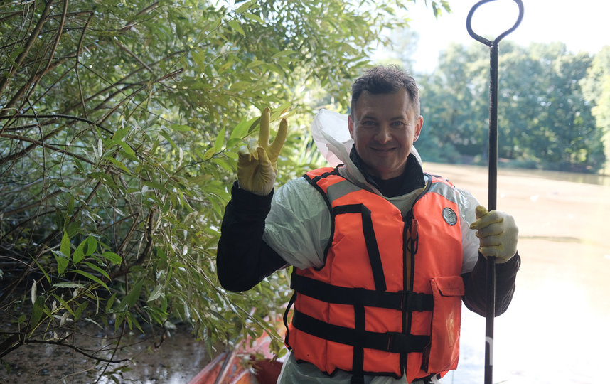 Роман Романенко принял участие в субботнике по очистке дна, водной глади и прибрежной территории водоёма. Фото Иван Степанов