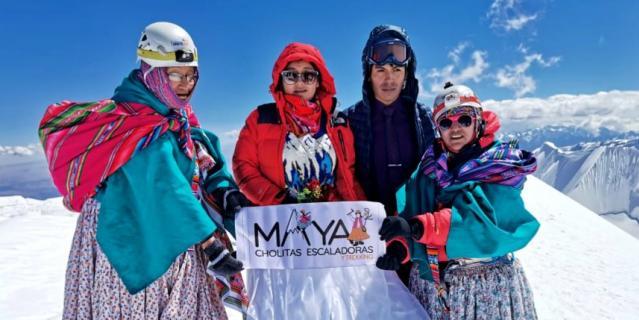 Чолиты в национальных костюмах помогают покорять вершины туристам.