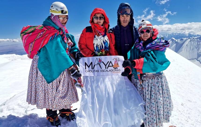 Чолиты в национальных костюмах помогают покорять вершины туристам. Фото Instagram: @cholitasescaladoras