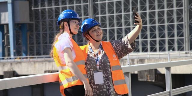Туристы на экскурсии на Саяно-Шушенской ГЭС.