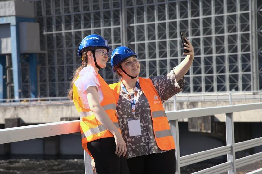 Туристы на экскурсии на Саяно-Шушенской ГЭС. Фото http://www.rushydro.ru/