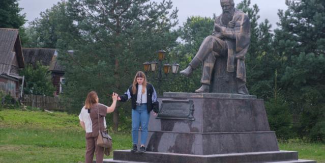 Памятник Достоевскому – место для свиданий и фотосессий.
