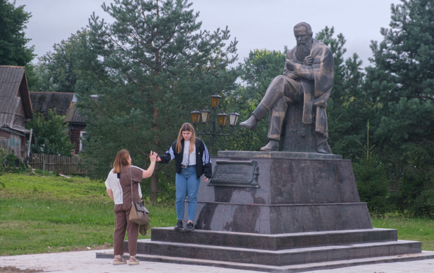 """Памятник Достоевскому – место для свиданий и фотосессий. Фото Алена Бобрович, """"Metro"""""""