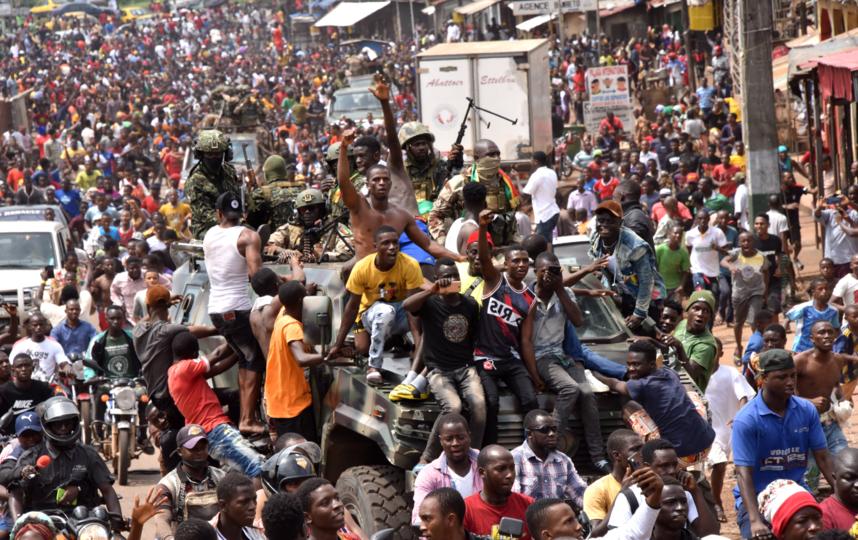 использует бокситы из Гвинеи. Многие гвинейцы встретили новость о перевороте с радостью. Фото AFP