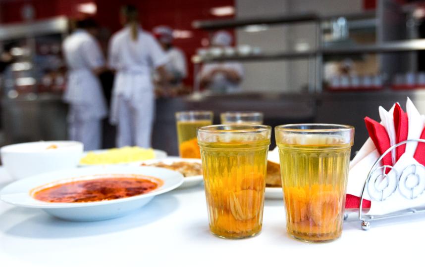 """Школьник должен есть не менее пяти раз в сутки: завтрак, обед, полдник, ужин, плюс один-два полноценных перекуса. Фото Агентство """"Москва"""". Кирилл Зыков."""