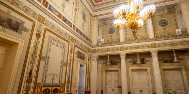 В интерьерах Мариинского дворца можно найти греческие, французские и итальянские мотивы.