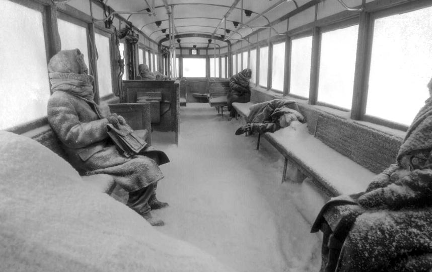 Блокадный трамвай и его пассажиры. Фото Кадр из фильма.
