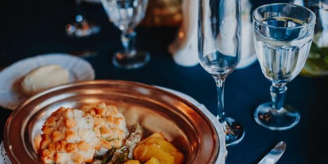Так проходят исторические ужины в Петербурге.