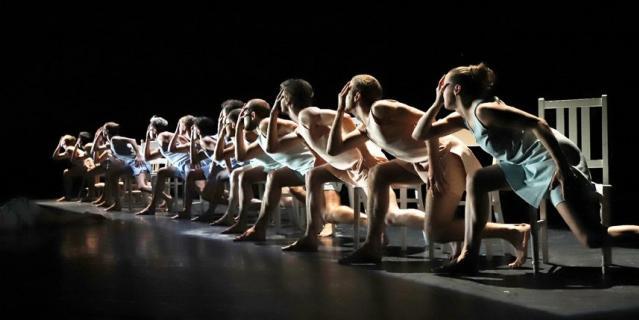 Прихоть – премьерная в России комедийная пьеса Александра Экмана: абсурдный танец со стульями без призовых мест, исполняемый одновременно под Вивальди и Нину Симон.
