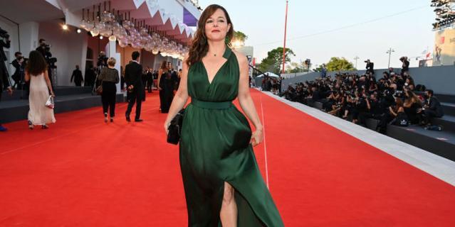 Лор Калами на красной ковровой дорожке церемонии закрытия 78-го Венецианского международного кинофестиваля.