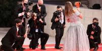 Пенелопа Крус и Сара Гадон: лучшие наряды знаменитостей на красной дорожке Венецианского кинофестиваля