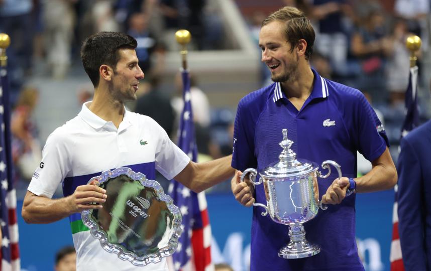 Даниил Медведев (справа) с главным трофеем и Новак Джокович с утешительным призом. Фото Getty
