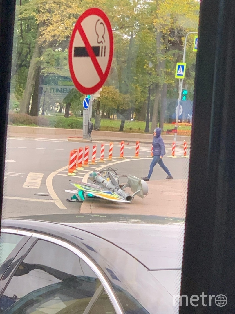 Светофор упал возле Исаакиевского собора. Фото https://vk.com/spb_today
