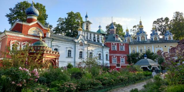 Территория Свято-Успенского Псково-Печерского монастыря.